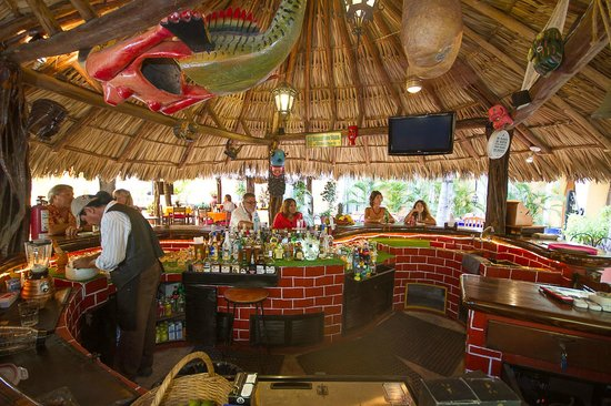 Las Margaritas: The large, circular bar has plenty of room for lots of people.