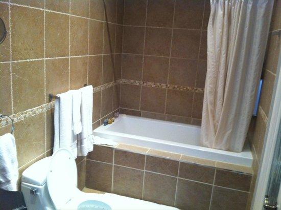 Hotel Kutuma: Bathroom