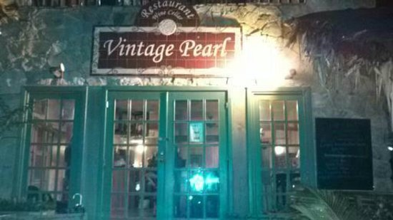 Vintage Pearl Restaurant and Wine Cellar: Inside seating, no sand fleas.