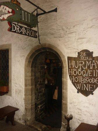 III Draakon: Hole in the wall