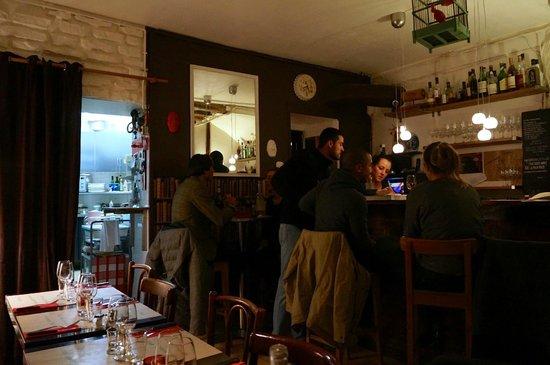 L'Annexe: Salle de restaurant-vue dans la cuisine