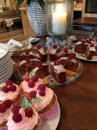 Chalet365 - Chalet Falcon: Cakes - yummy!