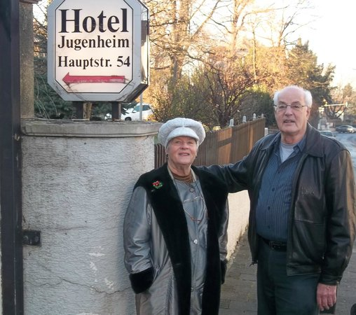 Hotel Jugenheim: Signage in front of hotel