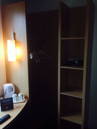 Ibis London Stratford: Wardrobe space ample for 2 people