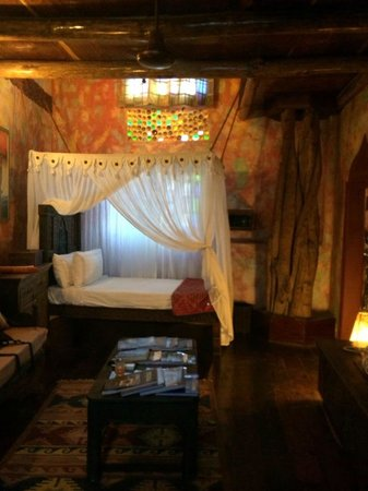 Jafferji House & Spa: Downstairs couch and smaller bed area.