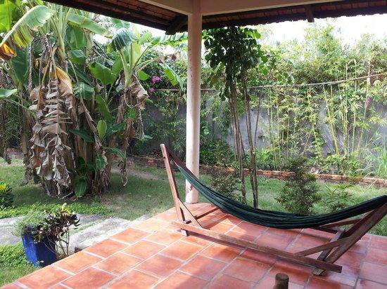 Thanh Kieu Beach Resort: terrasse du bungalow