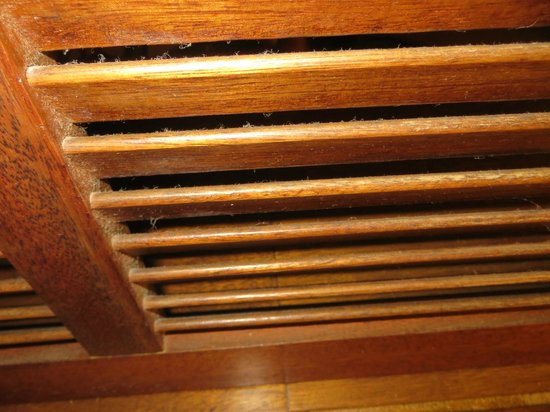 Hanalei Colony Resort: Dirty Louvers separating bedroom areas