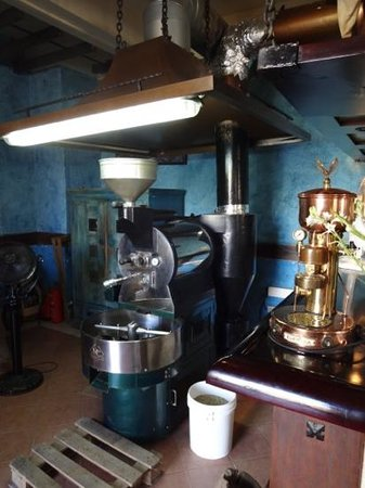 Cafe El Escorial : freshly roasted coffee that people cue for