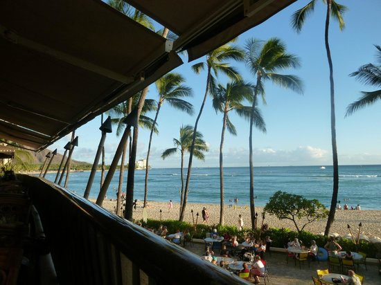 Hula Grill Waikiki: Waikiki beach from our table on the rail at The Hula Grill