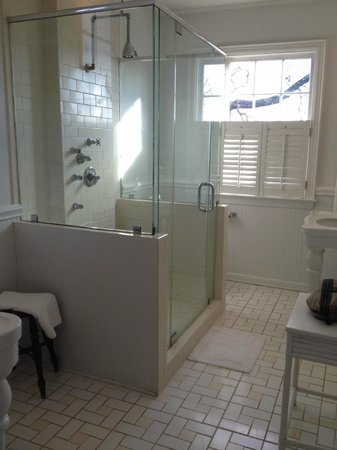 Clifton Inn: large bathroom of Martha Jefferson room