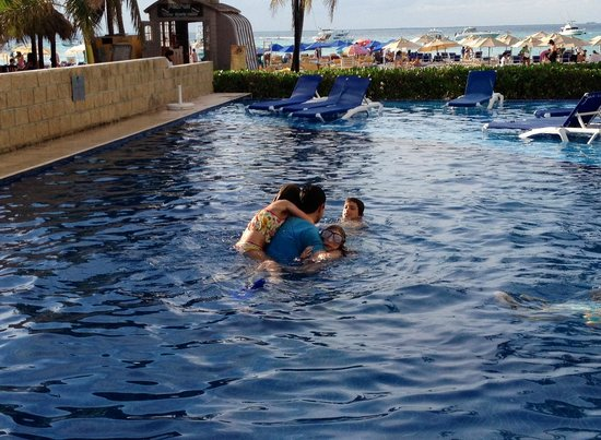 Ixchel Beach Hotel: Everyone in the pool