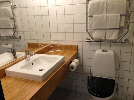 Quality Hotel 11 & Eriksbergshallen: Deluxe bath room