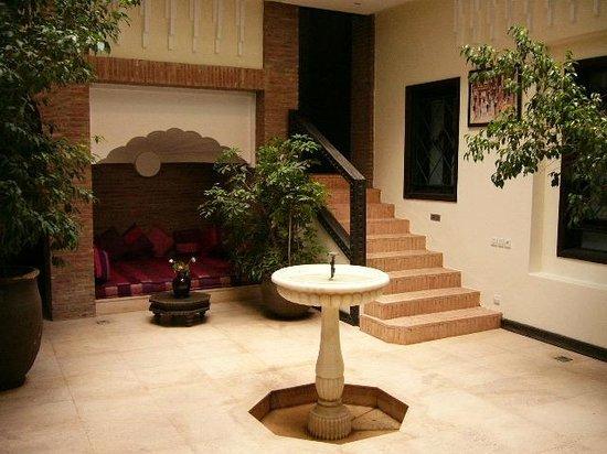 Riad Slitine : Aufenthaltsraum, Treppe führt zu Zimmern oberes Geschoss