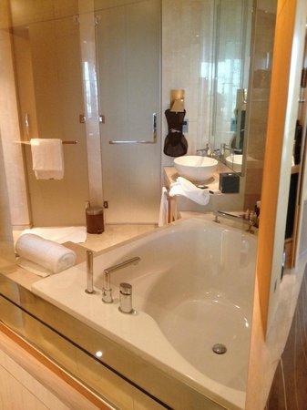 The Meydan Hotel: Suite linda e confortavel