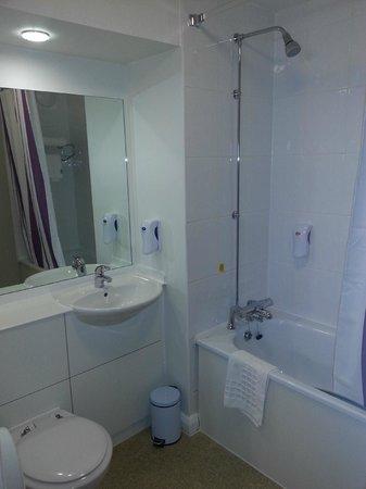 Premier Inn Caernarfon Hotel: Bathroom