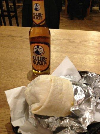 Bay Area Burrito Company: Burrito und Mate-Getränk