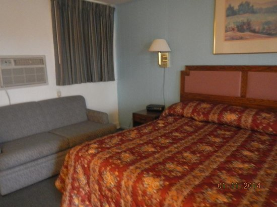 Royal Inn Motel: bed and couch