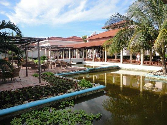 Memories Paraiso Beach Resort : En sortant du buffet, vue sur le bar lobby