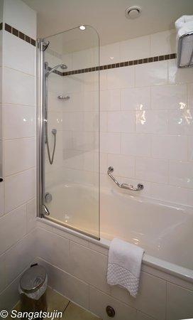 Radisson Blu Hotel, Glasgow: Wanne mit  Dusche