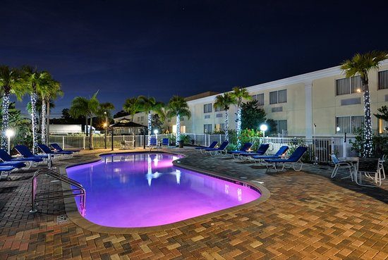 Quality Inn & Suites Near Fairgrounds Ybor City: Pool Area View at Night