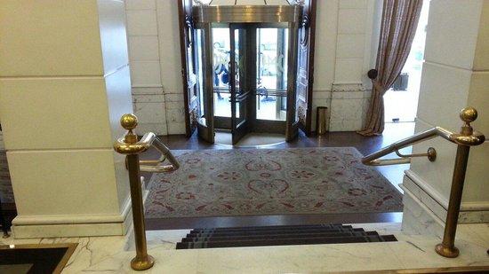 Hotel Majestic Roma: All' entrata dalla Concierge e la vista bellissima della hall.