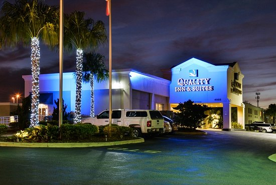 Quality Inn & Suites Near Fairgrounds Ybor City: Night View Of Main Entrance