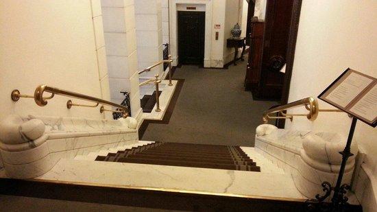 Hotel Majestic Roma: Una delle due scalinate di uscita e di accesso alla Concierge sulla destra.