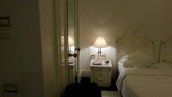 Hotel Majestic Roma: Sulla sinistra la cabina armadio, presente nelle camere da letto.