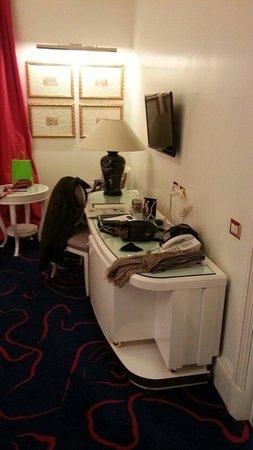 Hotel Majestic Roma: Poco dimensionata e ricca la zona TV e scrittoio e Frigobar.
