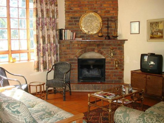 Jameson Country Cottages: Cottage 2 lounge/fireplace