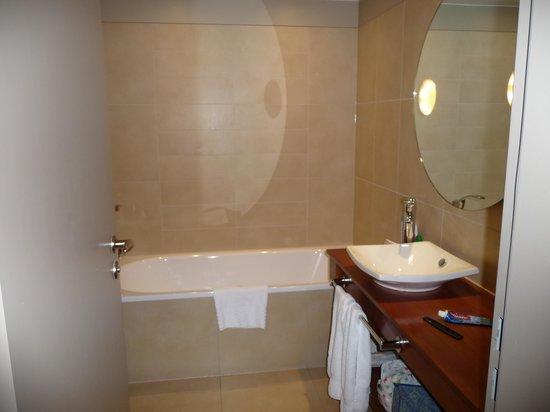 Royal Yacht Hotel: Bathroom (shower behind the door)