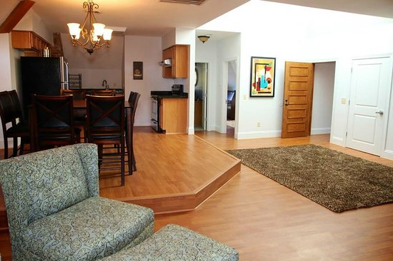 7 On Strath: Large Suite on Top Floor