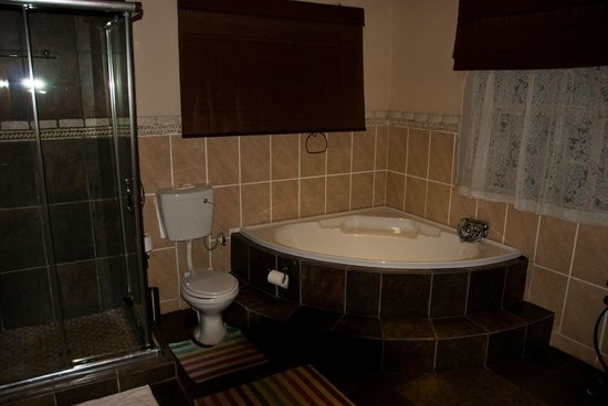 Country Kitchen Restaurant & Guesthouse : Large bathroom