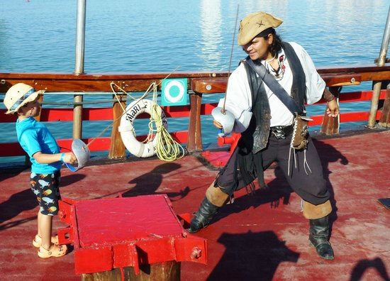 Marigalante - Mexico on Board Cruise: Sword fighting with Pirate!