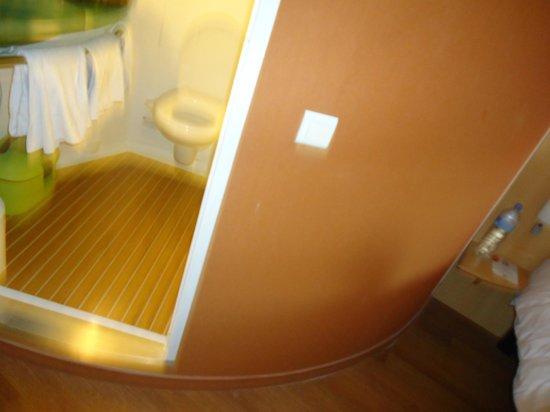 "Ibis Dijon Centre Clemenceau: salle de bain ""bulle"""