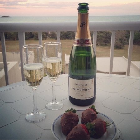Opal Cove Resort: Enjoying champagne at sunset