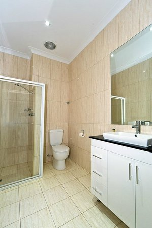 Comfort Inn & Suites Sombrero : King Room Bathroom