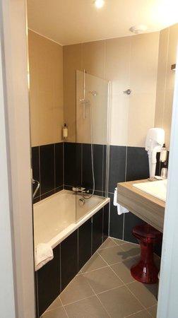 BEST WESTERN Paris Porte de Versailles: bagno con vasca, asciugacapelli, bagnoschiuma e asciugamani