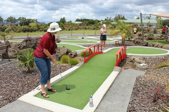 Keri-Putt : The crowd wait with baited breath...