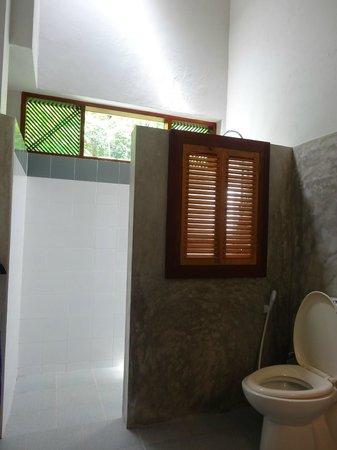 Sri Gemunu Beach Resort : chalet bathroom