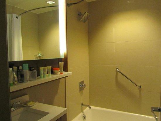 Grand Hyatt New York: Baño muy pequeño.