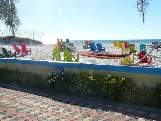 Plaza Beach Hotel - Beachfront Resort: Lots of nice places to sit to enjoy the view