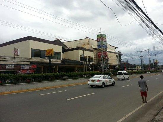 Dulcinea Hotel and Suites : Gaisano Mactan Island Mall (Opposite Hotel)