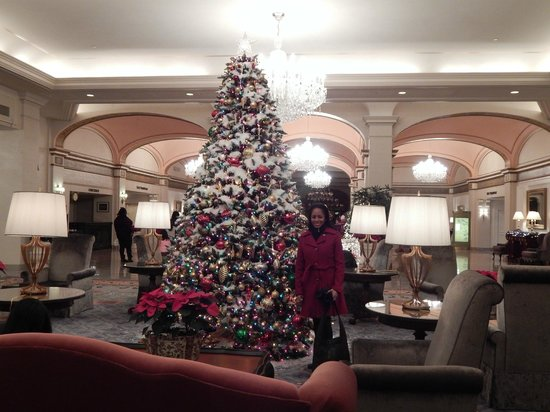 Omni Shoreham Hotel: Christmas tree in lobby