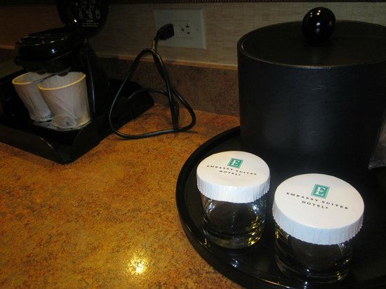 Embassy Suites by Hilton Charlotte - Concord / Golf  Resort & Spa: Ice Bucket and Coffee Maker