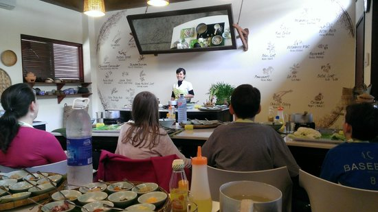 Hoi An Express : Miss Vy cooking class at Market Restaurant
