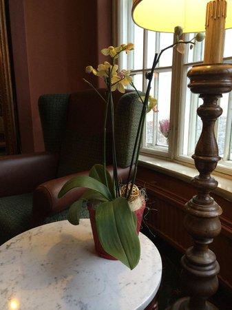 Scandic Imatran Valtionhotelli: В холлах отеля повсеместно - живые цветы