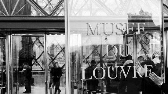 Triumphal Way (Voie Triomphale): Musee du Louvre along Voie Tromphale