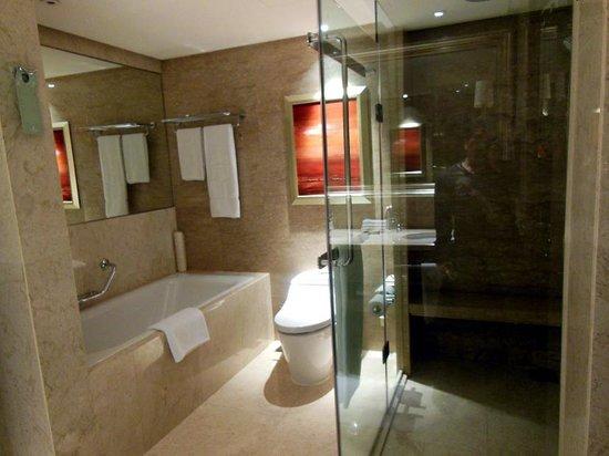 Shangri-La Hotel Kuala Lumpur : バスタブとシャワールームがありゆったりできます