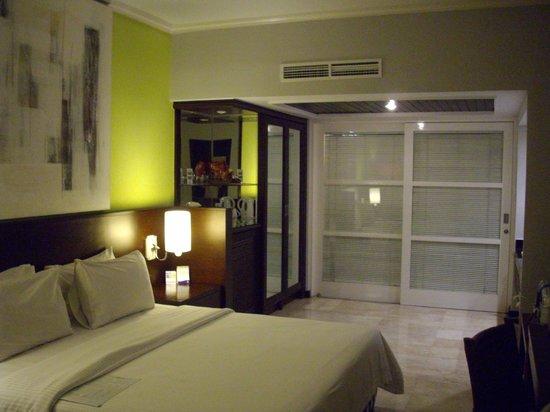 Sanur Paradise Plaza Hotel: 1층 객실 - 문뒤에 옥외 욕조/화장실